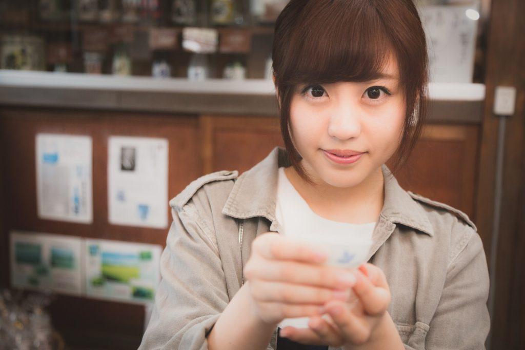 試飲を勧める日本酒好きの女の子 [モデル:河村友歌]_『マジョリ画』!?マジョリカマジョルカがちゃんりおメーカーライクな似顔絵メーカーを公開