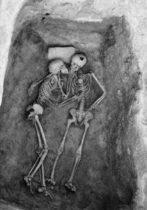 戦火から逃げのびた先で生き埋めになったカップル、2800年後寄り添う姿で発見される